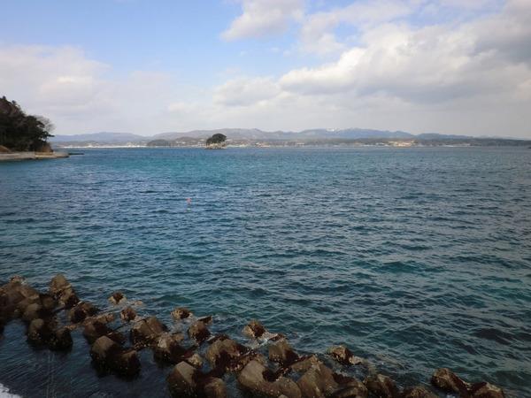中央の島の向こうに銀ザケ養殖場がある。