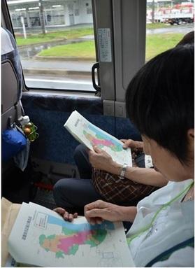 区域分けされた地図を見つめる参加者