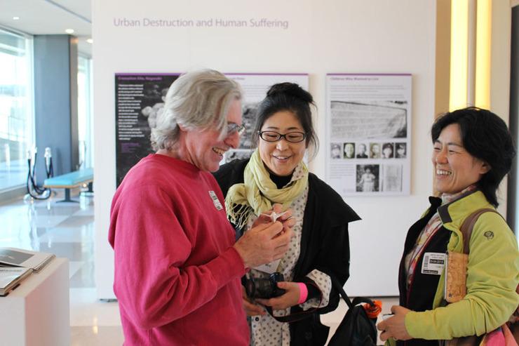 原爆展の展示を見ていた方へ折り鶴をお渡ししました