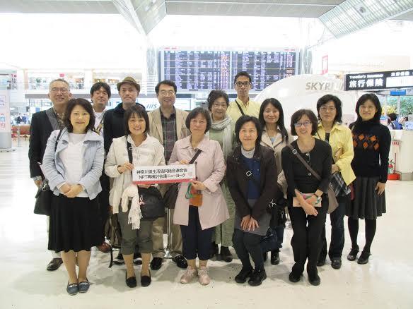 成田空港ロビーにて。全員集合写真