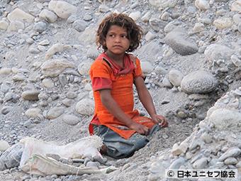 採石場で働く7歳の女の子