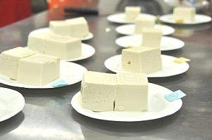 食べ比べる豆腐