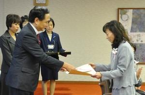 県知事から賞状を受け取る組合員理事の鈴川さん