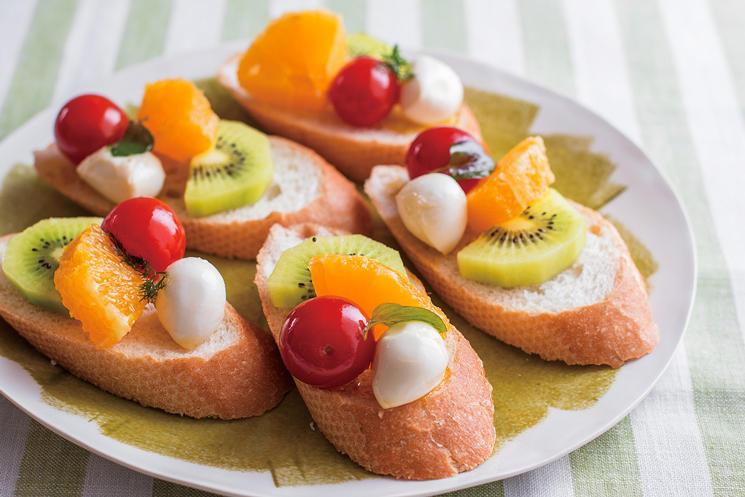オイル漬けとフルーツの彩りブルスケッタ