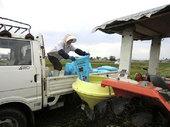 散布機に肥料を詰めます