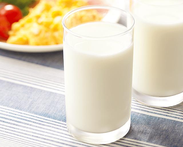 ゴクゴク濃いコク CO・OP北海道3.7根釧牛乳 牛乳のにおいが少なく、飲みやすい!! すこし黄色がかったクリーム色で、まるで生クリームのよう?! (エリコさん)