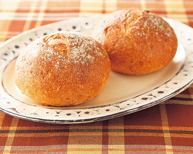 石窯焼きで外はパリッ、中はふんわり (ユーコープ・タカキベーカリー)味わいのある5種の穀物ロール(冷凍) 焼くと表面のカリッと感がいい。中がもっちりで大人のパンという感じ。穀物の香ばしさが生きている! (なごママさん)